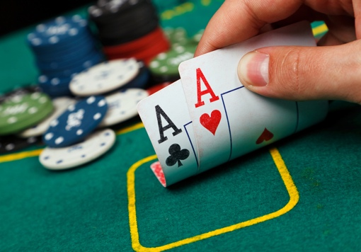 Texas hold'em poker hand with two aces