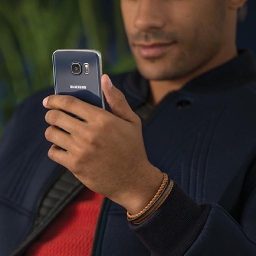 Man holding a Samsung S6 Edge
